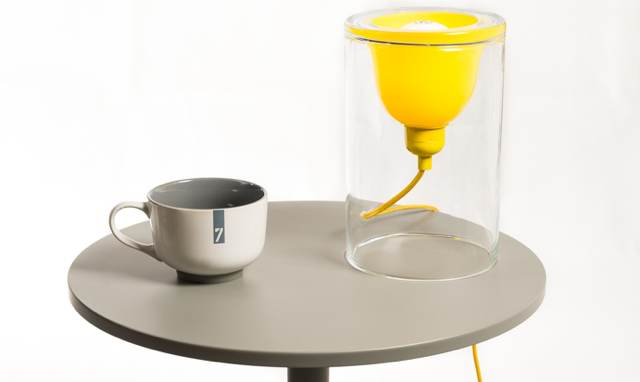 lampe-design-jaune-cylindre-table-grise-laurie-lumiere